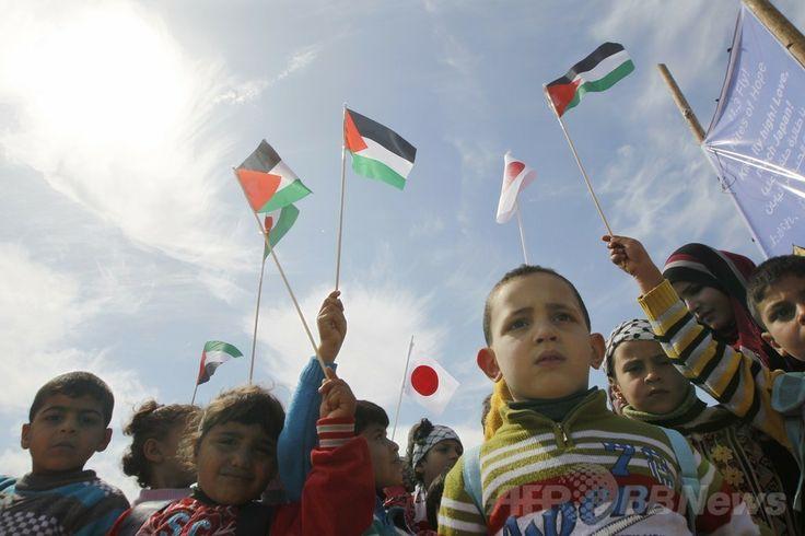 パレスチナ自治区ガザ地区(Gaza Strip)南部のハンユニス(Khan Yunis)で、国連パレスチナ難民救済事業機関(United Nations Relief and Works Agency for Palestine Refugees、UNRWA)が企画したたこ揚げイベントに参加した子どもたち(2014年3月11日撮影)。(c)AFP/SAID KHATIB ▼12Mar2014AFP|ガザの子どもたち、震災犠牲者追悼のたこ揚げ http://www.afpbb.com/articles/-/3010162 #Palestine #Palestina #Gaza #Khan_Yunis #UNRWA