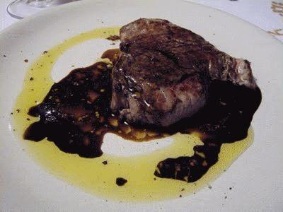Filé ao vinagre balsâmico, como o título sugere, faz do vinagre sua força maior para dar um sabor inusitado e delicioso.