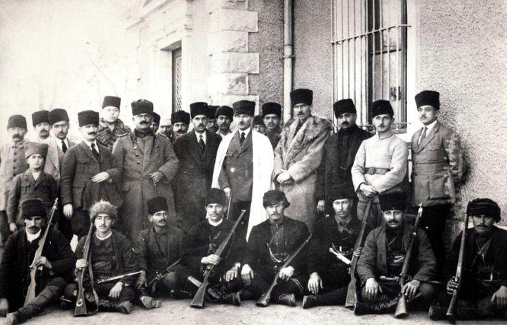 Çerkez Ethem, Çerkez savaşçıları ve Mustafa Kemal Atatürk, 06-1920 - Kuzey Kafkasya halkları - Vikipedi-Yozgat İsyanı'nı bastırmak üzere görevlendirilen Çerkez Ethem ve adamları İstasyon'daki karargah binası önünde Mustafa Kemal Atatürk'le birlikte, Haziran 1920