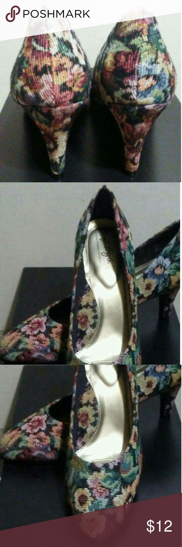 New~ Soft Style Shoes by Hush Puppies New~ Flower print multi-color shoes in a textures canvas material. These shoes are very comfortable, with added padding. The heel is 3 inches women size 9.5.  💥Flowers are SO in right now. The are perfect for any age. PRICED TO SELL💥 Soft Styles by Hush Puppies Shoes Heels