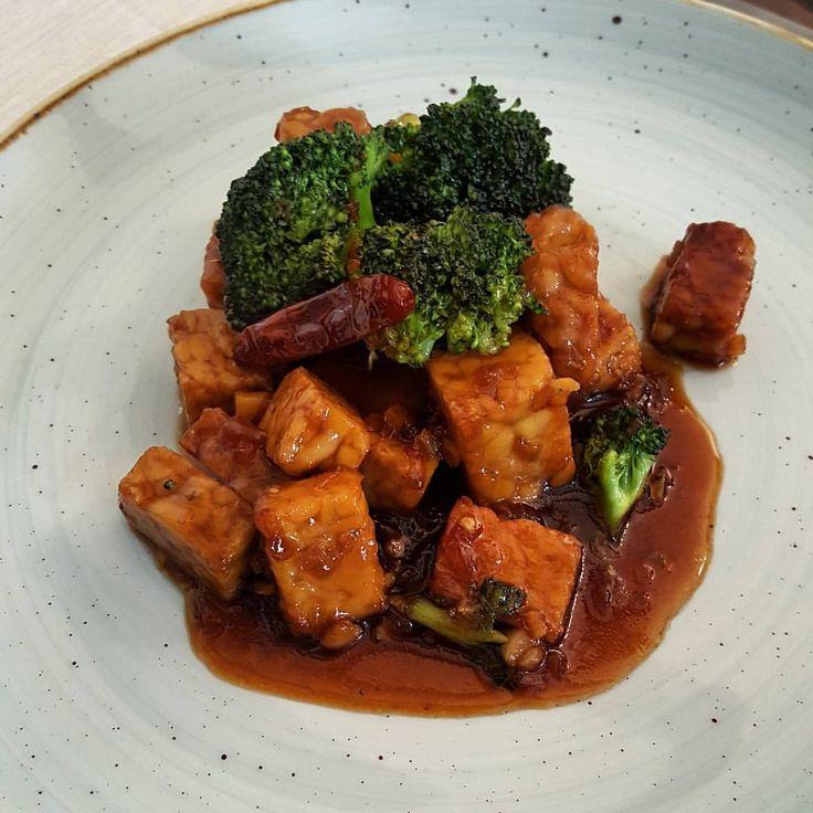 La salsa general tso's es algo muy común en la comida cantonesa que venden en estados unidos, aunque jamás ha sido parte de la tradición gastronómica de china... pero es deliciosa! esta es mi versión vegana, porque normalmente se acompaña con pollo.