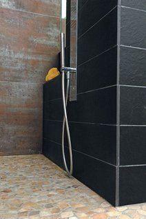 une douche de plain-pied (guide)  La vraie douche à l'italienne affleure au sol de la salle de bains et, habillée du même carrelage, ne laisse voir que sa bonde d'évacuation. Elle suppose une rénovation globale de l'espace bain. S'offrir une douche de plain-pied nécessite d'encastrer le siphon et la canalisation d'évacuation dans le plancher, d'assurer un écoulement rapide de l'eau et une étanchéité parfaite de la zone.