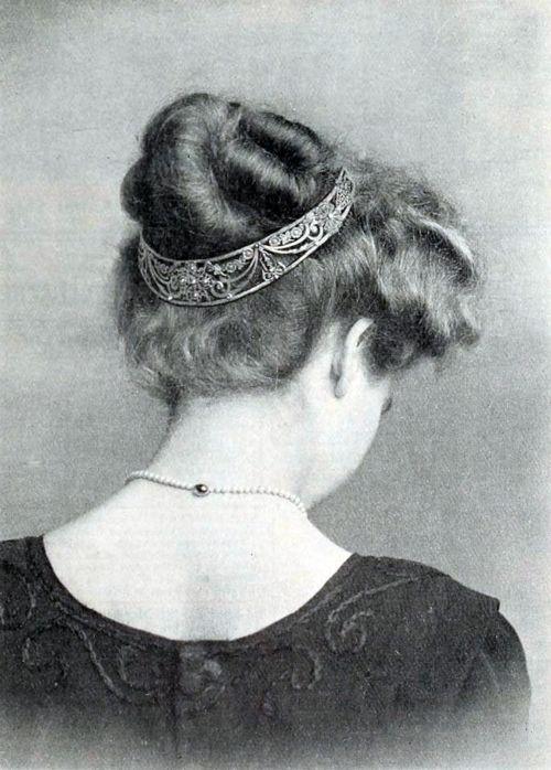 belle epoque 1910 Capelli generalmente raccolti in morbidi chignon più o meno alti.