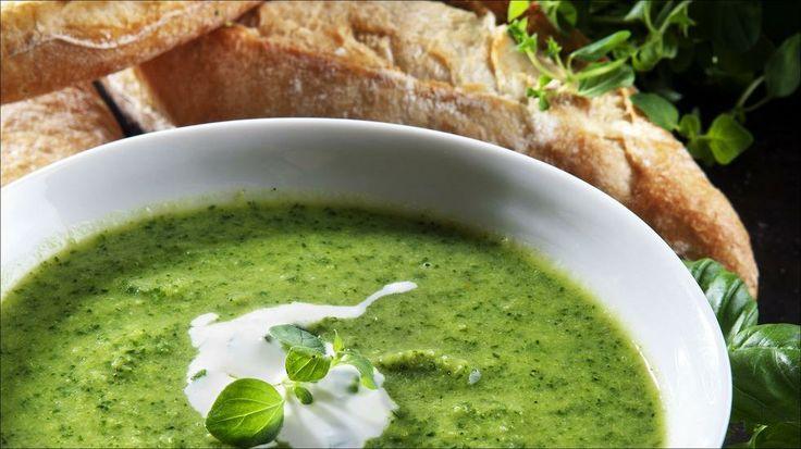 Grønn suppe med fetakrem - Grønnkål og brokkoli er spekket med alt det gode kroppen trenger: Vitaminer, fiber og antioksidanter så det virkelig monner. Helt i toppen av sunnhetsskalaen ligger grønnkålen. Det er på høy tid vi får øynene opp for disse grønne hardføre kålbladene. Sammen med brokkoli, som også er en av de mest næringsrike grønnsakene vi har, blir denne suppen en antioksidantbombe. Utrolig godt smaker den også.