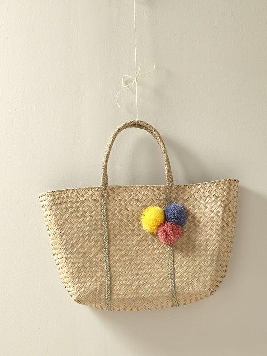 Avec son design actuel et ses 3 petits pompons, l'authentique panier en osier se laisse prendre au jeu du charme et du style. Un sac de plage pour tou
