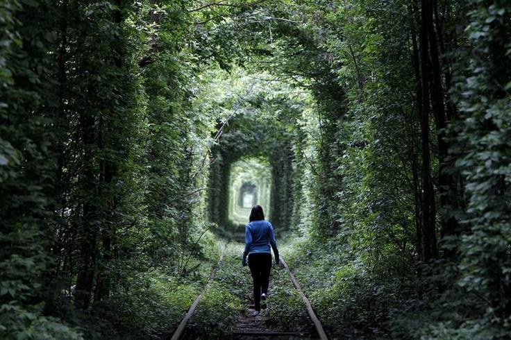 Une jeune fille marche sur une voie ferrée désaffectée, à travers ce qui est connu localement sous le nom «Tunnel of Love», en Ukraine,dans une petite villeàl'ouest de Kiev le 13 mai 2012.