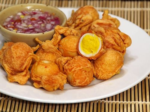 Deep fried quail eggs with vinegar dipping sauce. Ah! No recipe. I think this is the Philippine kwek kwek though