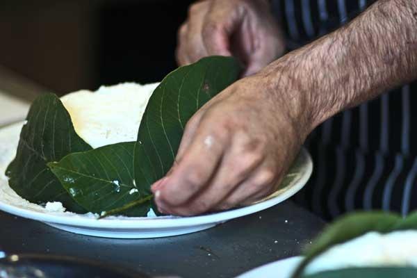 Ricotta di pecora avvolta nelle foglie di noci per la salamoia.