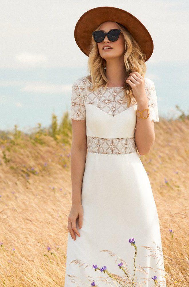 Rembo styling — Collectie 2017 — Filou: Zeer moderne jurk in crêpe met een lage V in de rug en geometrische kant.