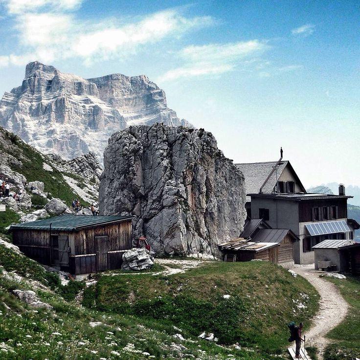 Rifugio Coldai e Monte Pelmo Belluno Dolomiti Veneto Italia foto Andrea Pizzato