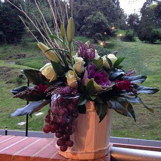 Recupérate: Una opción para enviar un saludo de recuperación lleno de flores y frutas.  Rosas, lirios, repolla, frutas y follaje.***Comunícate con la tienda para asesorarte. Solicítalo ya: Teléfono +571 2159030 o al correo electrónico clientes@lapetala.com.   Cómpralo en nuestra página www.lapetala.com