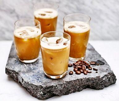 Om du mixar kallbryggt kaffe, hasselnötsmjölk och lönnsirap får du en raw kaffe latte. Smaksätt gärna med kardemumma och kanel. Uppiggande, supergott och hyfsat hälsosamt!