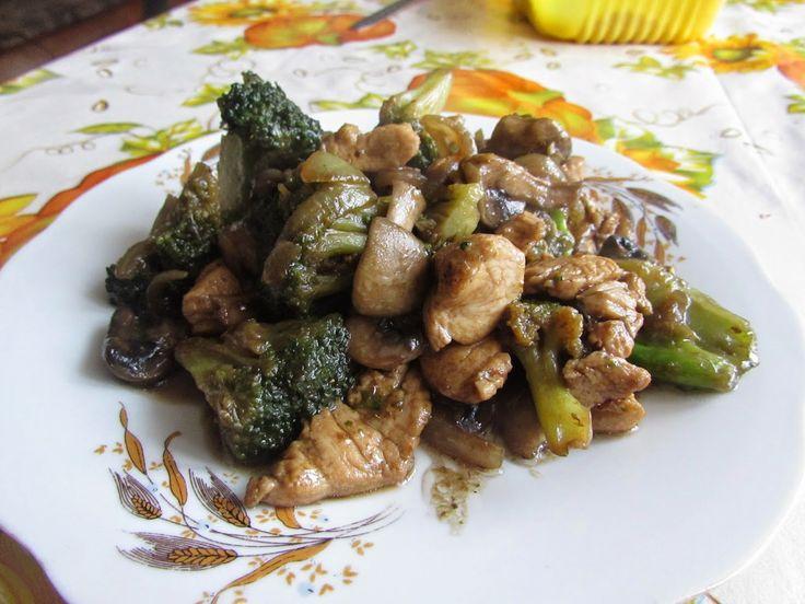 Bucataria tuturor: Pui cu brocoli si ciuperci (stir fry).
