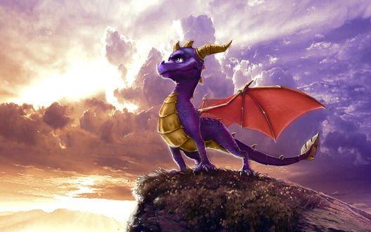 Обои Spyro the Dragon / Дракон Спайро из одноименной игры стоит на утёсе и смотрит вдаль на морские волны