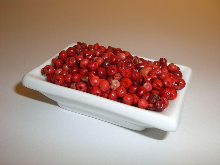 Rosa Beeren, auch Roter Pfeffer genannt, sind die kleinen Früchte des Pfefferbaumes Schinus terebin-thifolius .  Geschmacklich entsprechen diese nur gering den echten Pfeffervarianten aus der Familie Piperaceae.