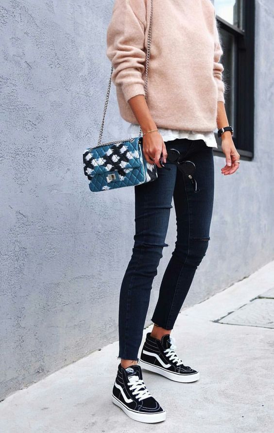 Fall pink outfit inspiration : pink knit sweater and vans knitwear cozy jumper sweater winter outfits inspiration ideas de look otoño invierno idee de look automne hiver pull rose jersey rosa