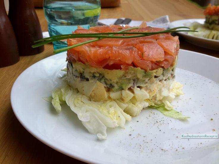 Het is een prachtig lunch torentje met 5 heerlijke lagen geworden: sla, ei, courgette-tomaat, blokjes avocado en gerookte zalm.