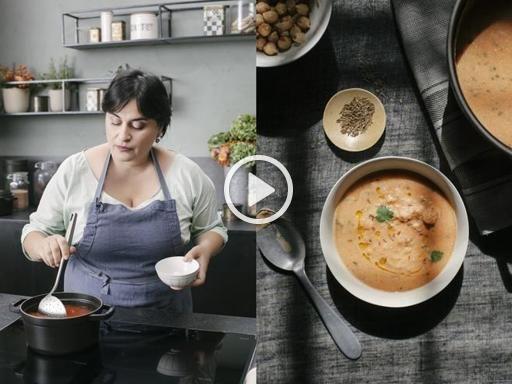 Ingredienti:160 grammi di ceci secchi, un pizzico di bicarbonato, mezza cipolla, una confezione di pomodori pelati, 700 ml di acqua, il succo di un limone, mezzo cucchiaino di semi di cumino (o a piacere), un mazzetto di coriandolo, olio extravergine d'oliva, sale e pepe.  Preparazione: Cominciate il giorno prima ammollando i ceci in acqua e bicarbonato: lasciateli ammorbidire per circa 24 ore. Quando pronti, scolateli e sciacquateli con cura. A questo punto tagliate a fettine sottili mezza…