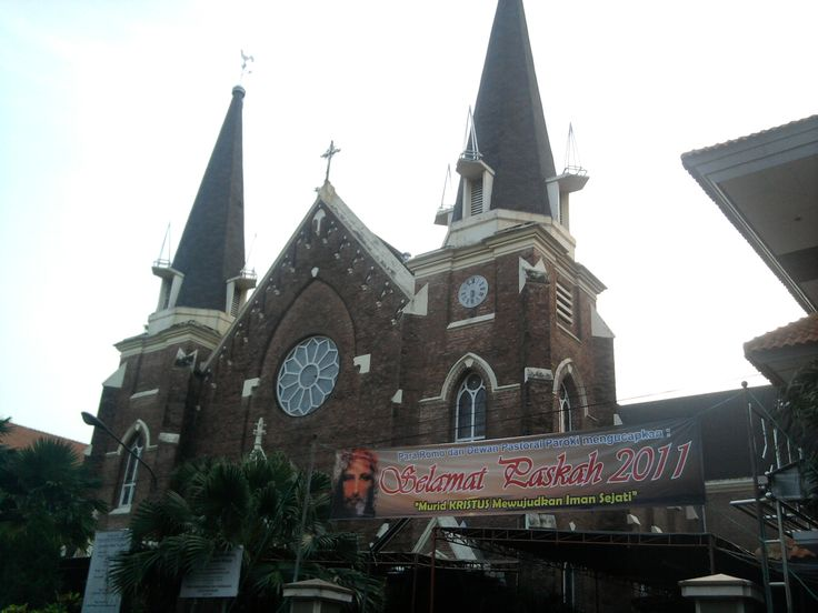 Gereja Katolik Kepanjen or Catholic church of Kelahiran Santa Perawan Maria is the oldest church in Surabaya, and being famous by its name of Kepanjen Catholic church for it located in Kepanjen Street.  http://www.goindonesia.com/id/indonesia/jawa/surabaya/obyek_wisata_surabaya/gereja_katolik_kepanjen
