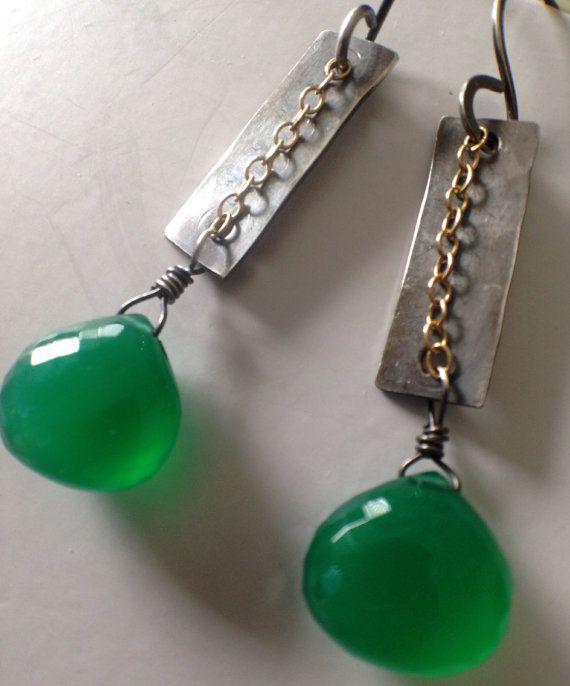 Revise el frente de la tienda para códigos de cupones! http://www.etsy.com/shop/anikosandor?Ref=pr_shop_more  ¡ Envío gratis!  Cuelga los pendientes con el metal mixto: una cadena de Gold-filled delante del componente de plata deslustrada. He añadido granos de ónix verde Facetada hermoso para hacer estos pendientes se destacan.  Dimensiones: -2 1/4 con los alambres del oído  Materiales: -tira de plata - martillada, empañada y pulido a mano. -cuentas facetadas ver...