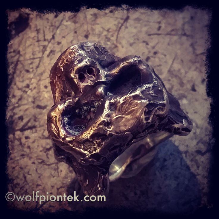 Totenkopfring aus Silber mit total zerstörter Oberfläche. Eins meiner Lieblingsstücke! Bei mir im Laden 350 € ... Skull ring made from Sterlingsilver with completely destroyed surface. This is one of my favorite rings!! 350€ in my shop.