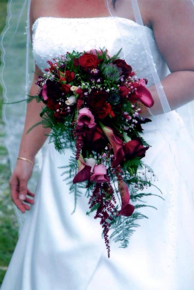 Romantisk brudbuket men mørkerøde roser og husløg brudeslør m.m