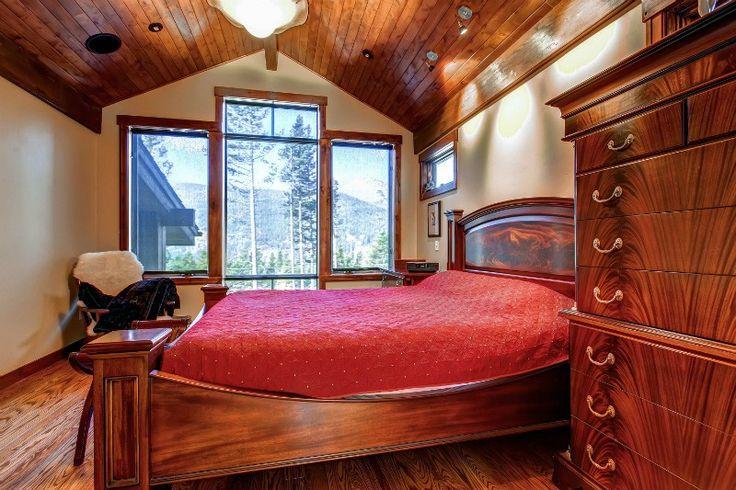 большое окно в классической спальне