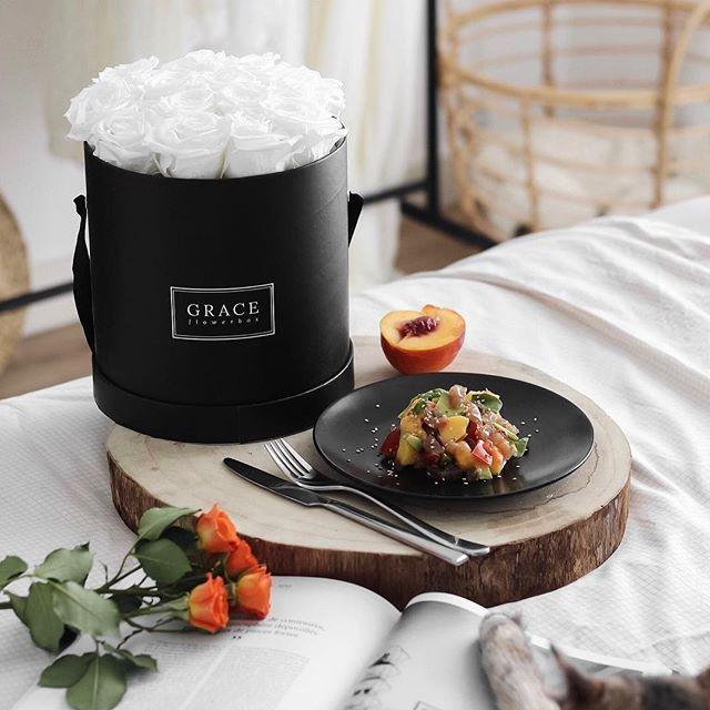 Nouvelle recette sur le blog : tartare de thon avec pleins de bonnes choses dedans  Lien dans ma bio ✔️ Et ce bouquet de roses @graceflowerbox qui est juste dingue   #newpost #blog #linstantflo #recette #tartaredethon #miammiam #summer #august