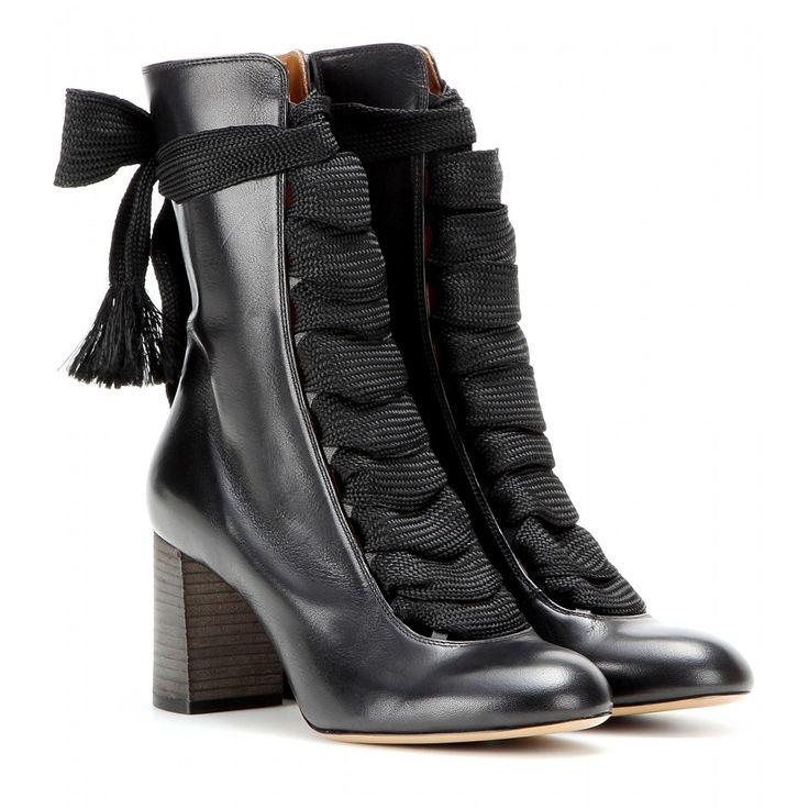 Chloé - Anklebooties aus Leder - Cool Sophistication strahlen die Anklebooties von Chloé aus. Ihr perfekt aufeinander abgestimmtes Zusammenspiel von schwarzem Leder und breiter Schnürung lässt subtil Haut hervorblitzen und verleiht einen femininen Appeal. Abgerundet wird der Look von dem bequemen Blockheel, dank dem wir diese Beauties von morgens bis abends tragen können. seen @ www.mytheresa.com