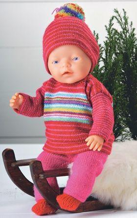 Strik et lunt sæt med både bluse, bukser, hue og sokker til dukken