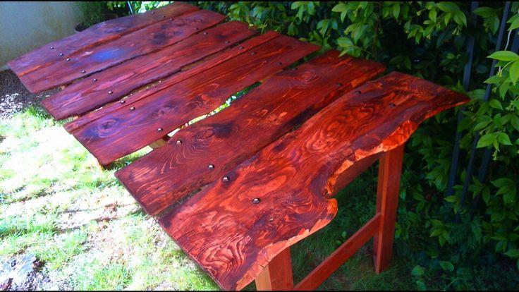 tavolo con fette di albero