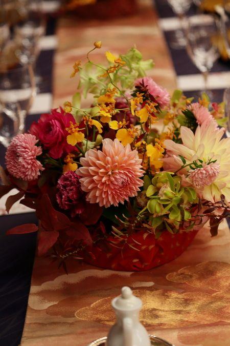 一会からすぐの目黒雅叙園、鷲の間様への 秋の会場装花です。    「昨日はとっても素敵な会場装花をありがとうございました! 高砂についてか...