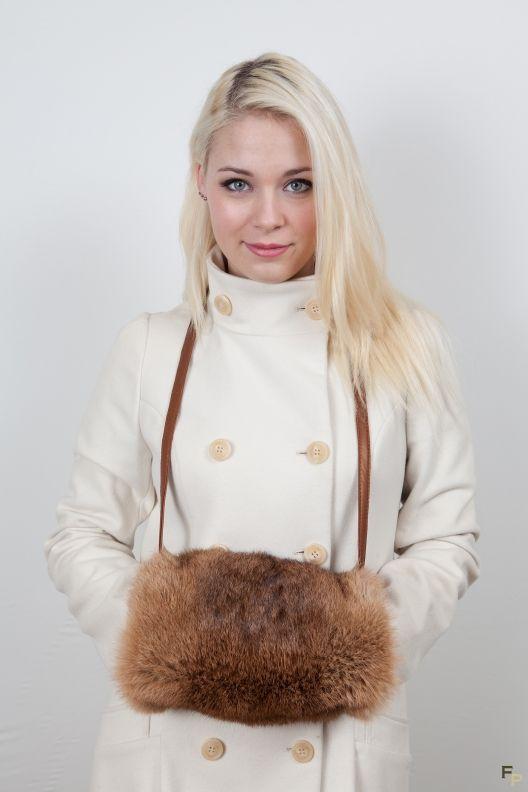 Manchon / Chauffe Mains en Lapin Rex http://www.fourrure-privee.com/fr/vente-accessoires-fourrure/gants-sacs/chauffe-main-en-fourrure-42