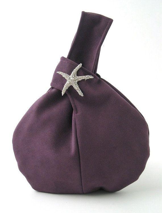 La bolsa de pulsera, monedero, embrague es hecho a mano de ULTRA-SUEDE morado (Ultra-suede es tela hechas por el hombre y no el producto de cuero) y decorada con un cristal piedras broche .made en Estados Unidos.  Ver más bolsos por bolsas de daphne a http://www.etsy.com/shop/daphnenen  el bolso de mano es divertido y bolso con estilo que es perfecto para una cena o cóctel o simplemente una noche en la ciudad! ¿Lo que me encanta de esta pequeña joya es que la bolsa se c...