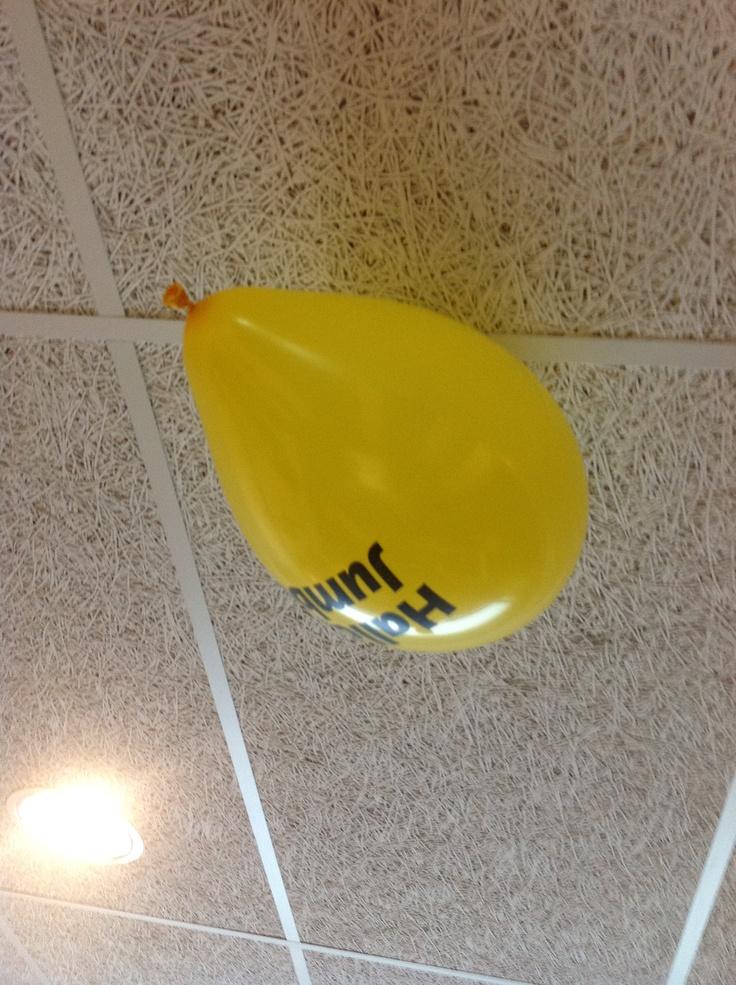 Hallo Jumbo! De eerste ballon zweeft tegen het plafond van de kleedkamer. Nog 500 ballonnen te gaan :-)    ballonnen oplaat actie op Het Vlier - 15-6-2012