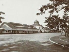 1920's - Semarang, Stasiun Besar Tawang. Foto dr arah pintu masuk ke Stasiun. Bangunan utama dgn ciri khas kubahnya masih sama persis smp sekarang.