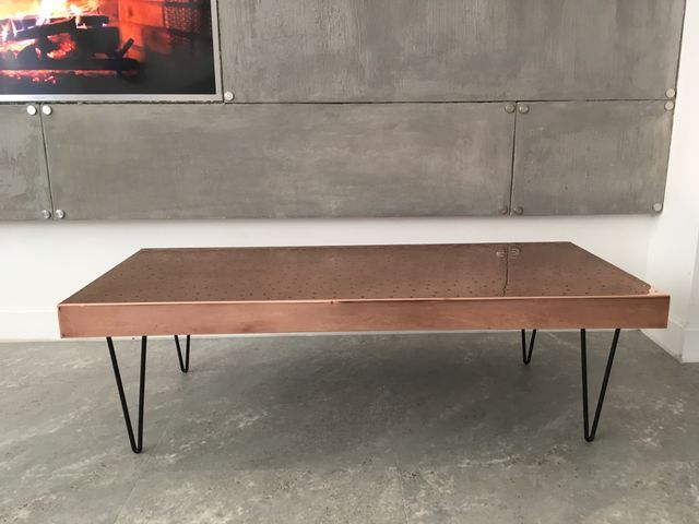 This Copper Coffee Table Stands On Hairpin Legs Avec Images