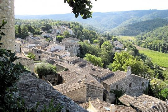 At the heart of the Luberon, Menerbes retains many traces of its history. Landmark of the vine and the truffle, it has a citadel, a Renaissance castle and a church dating from the fourteenth century.