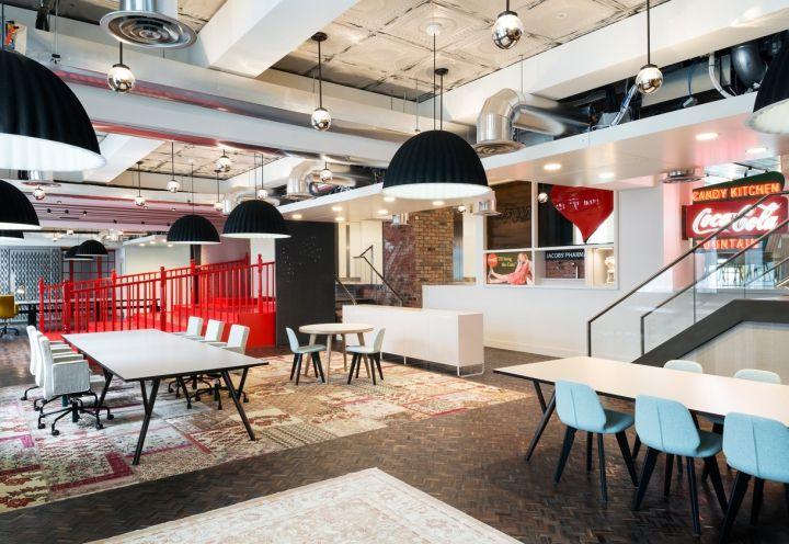 Spazi lavorativi infomali per i nuovi uffici Coca Cola a Londra. Foto Gilbert McCarragher