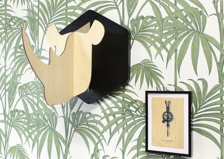 Trophée mural ZAK en forme de rhinocéros fabriqué dans le Jura par la célébre maison Reine Mère. Cette déco murale ZAK en bois naturel représente une tête de rhinocéros à la manière d'un trophée de chasse.