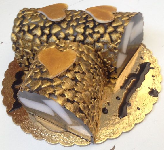 A beautiful handmade gift for yourself or a beloved one! A wonderful soap cake in mocha with white chocolate. Also available in chocolate with caramel or pomegranate. Try it as a decorative element - makes a nice center piece on your coffee table - keeps the room smelling beautifully!