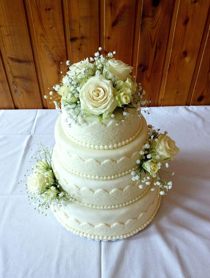 Bílý svatební dort s růžemi White wedding cake with roses