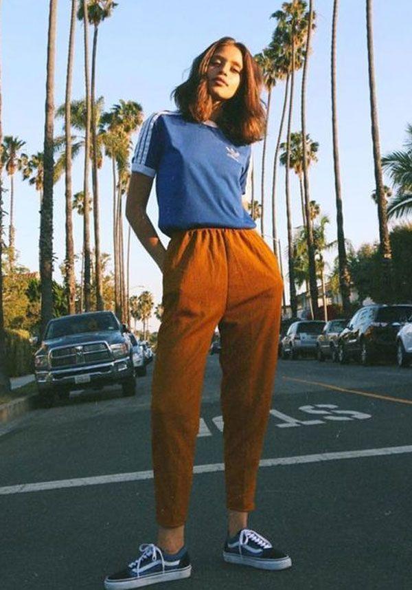 Calça de alfaiataria com t-shirt e vans é um jeito de deixar o look sério super cool.
