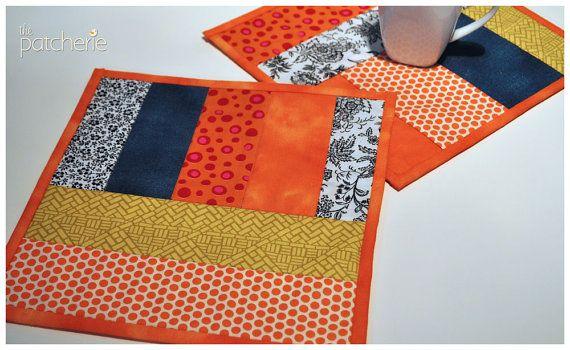 Ces tapis coloré tasse certainement vous donnera un bon coup daccélérateur à la journée. Les deux machine reconstitué et matelassé, à laide de tissu de coton douate de polyester. Soutenu avec un tissu à motifs bleu foncé.    Sont pas identiques mais contiennent le même mélange de tissus. Lavage à la main et plat sec. Les dimensions sont de 28 x 28 cm ou 11 « x 11 ».    Mug tapis sont parfaits pour protéger votre table contre les rayures et constituent un idéal endroit pour se reposer dune…