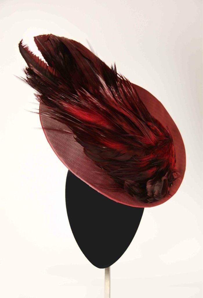 """Mimoki, colección """"Ninfas"""" : tocado rojo con plumas al tono."""