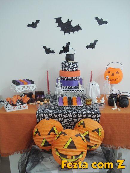 Mini party Halloween  Pacote inclui: - mesa arabesco com toalha laranja e caminho de mesa de caveiras - bolo falso de 3 andares - lembrancinhas de caixinhas de acrílico com tampa com detalhe em biscuit ou relevo - trouxinhas de doces personalizadas - itens decorativos para todo o ambiente: morcegos, luminárias de abóbora, mini caldeirão, fantasminhas, esqueletos, aranhas, vassouras de bruxas, baú de tesouro - inclui guloseimas (chicletes e balas com tema halloween) - 1 cento de docinhos…