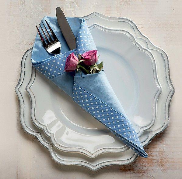 Em formato de cone, com minirrosas. Guardanapo Roupa de Mesa, pratos Stiledoc, talher Divino Espaço