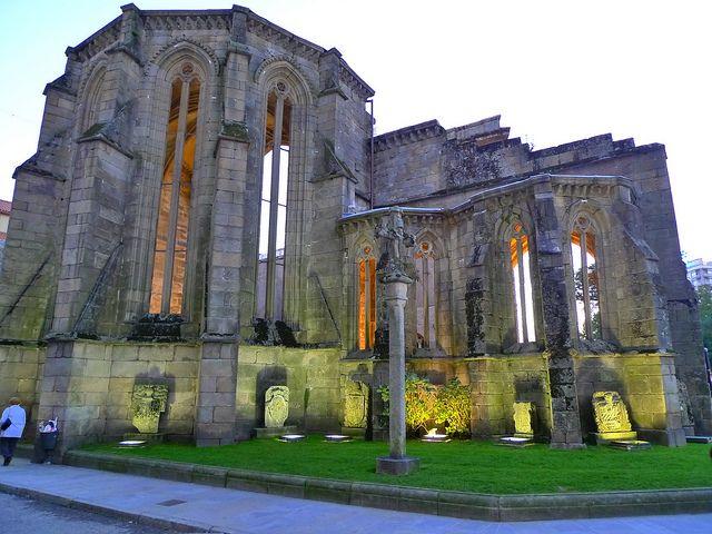 Las ruinas del convento de Santo Domingo en Pontevedra, Galicia, fueron fundadas en 1281 y pertenecía al orden dominicano. Fue construido en el estilo gótico y de la iglesia solo se conserva la cabecera con cinco capillas poligonales. Es un parte del museo de Pontevedra hoy y una atracción histórica.
