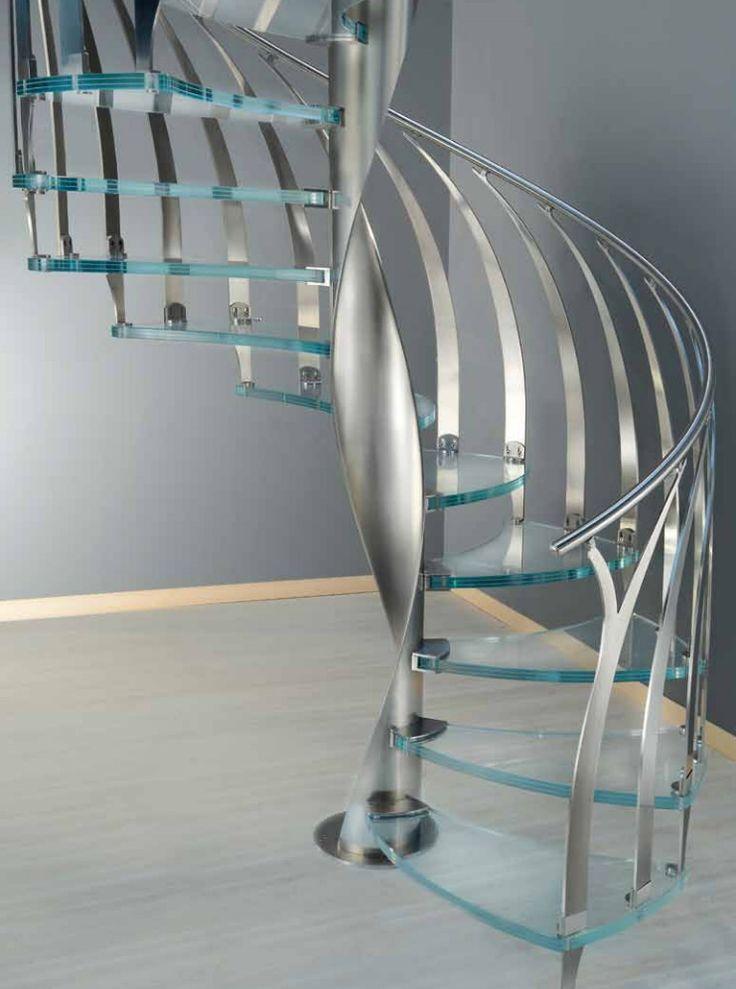 """Escalera de caracol modelo """"Piuma"""" con columna helicoidal de acero inoxidable, peldaños moldeados de cristal estructural extraclaro y barandilla de acero inoxidable."""