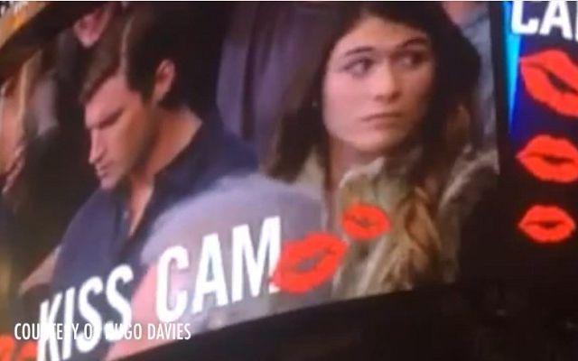 Kiss Cam, lui guarda lo smartphone...e lei bacia un altro! (VIDEO) #kisscam #nba #video